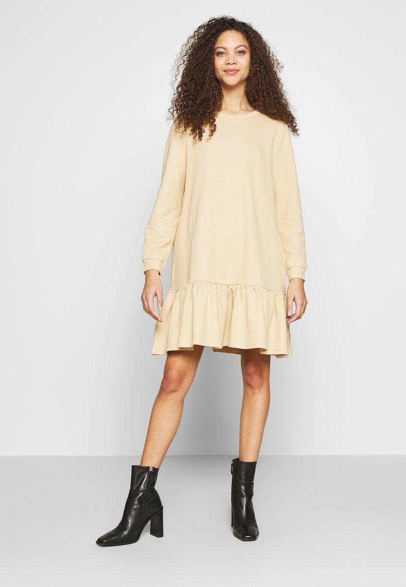 Pieces Petite - PCASTRID DRESS - Robe en jersey - warm sand