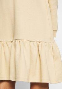 Pieces Petite - PCASTRID DRESS - Robe en jersey - warm sand - 3