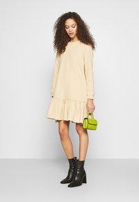 Pieces Petite - PCASTRID DRESS - Robe en jersey - warm sand - 1