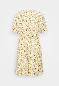 Pieces Petite - PCSUNNY WRAP DRESS - Day dress - popcorn - 1