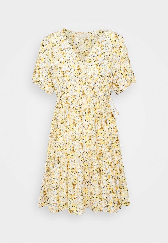 PCSUNNY WRAP DRESS - Kjole - popcorn