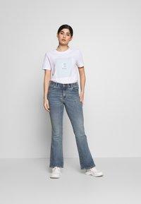 Pieces Petite - SINGLE TEE - T-shirt print - bright white - 1