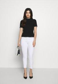 Pieces Petite - PCARDENA - Camiseta estampada - black/white scallop - 1