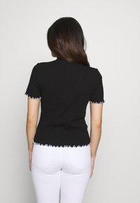 Pieces Petite - PCARDENA - Camiseta estampada - black/white scallop - 2