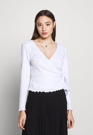 PCNADI WRAP TOP PETITE - Topper langermet - bright white