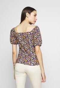 Pieces Petite - PCZANNIE - Camiseta estampada - black - 2