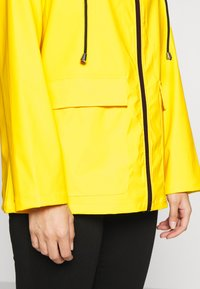 Pieces Petite - PCRARNA RAIN JACKET - Impermeabile - empire yellow/silver trim - 5