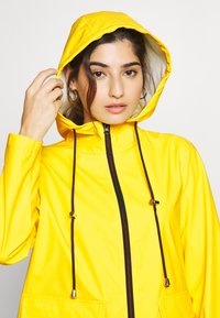 Pieces Petite - PCRARNA RAIN JACKET - Impermeabile - empire yellow/silver trim - 3