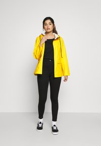 Pieces Petite - PCRARNA RAIN JACKET - Impermeabile - empire yellow/silver trim - 1