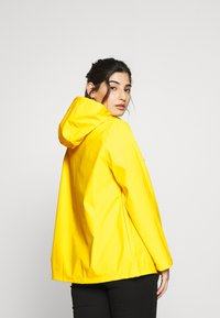 Pieces Petite - PCRARNA RAIN JACKET - Impermeabile - empire yellow/silver trim - 2