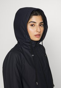Pieces Petite - PCRARNA RAIN JACKET - Impermeabile - night sky - 3