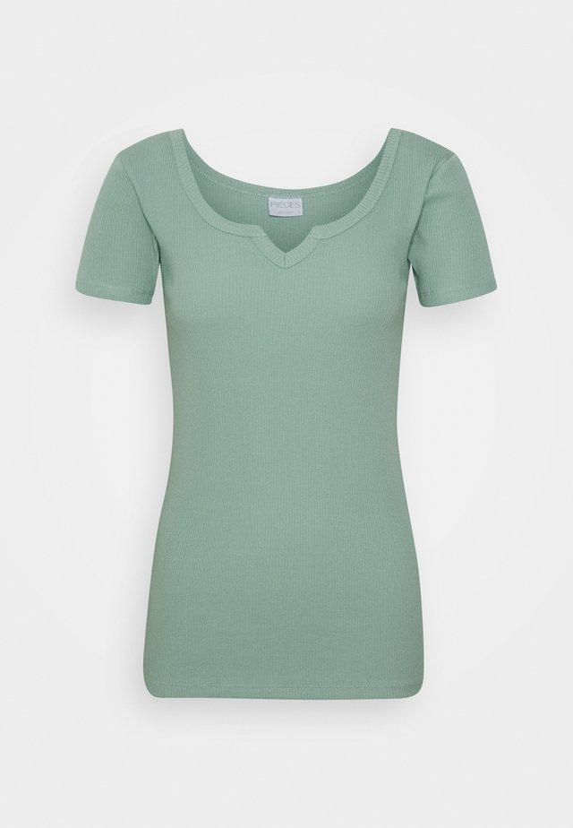 PCMBANO  - T-shirt imprimé - jadeite