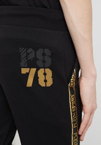 Plein Sport - JOGGING TROUSERS STRIPES - Trainingsbroek - black/gold - 4