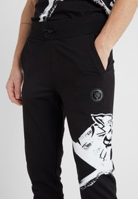 Plein Sport - JOGGING TROUSERS CROSS TIGER - Pantalon de survêtement - black - 5