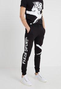 Plein Sport - JOGGING TROUSERS CROSS TIGER - Pantalon de survêtement - black - 0