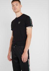 Plein Sport - JOGGING TROUSERS IT STRIPES - Jogginghose - black - 3
