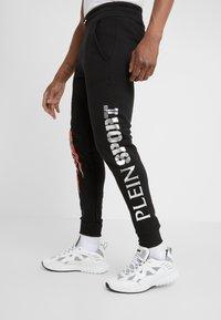 Plein Sport - JOGGING TROUSER SCRATCH - Jogginghose - black/red - 3