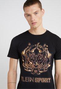 Plein Sport - ROUND NECK TIGER - T-shirt med print - black - 4