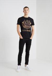 Plein Sport - ROUND NECK TIGER - T-shirt med print - black - 1