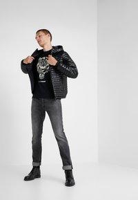 Plein Sport - ROUND NECK TIGER - T-shirt con stampa - black - 1