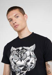 Plein Sport - ROUND NECK TIGER - T-shirt con stampa - black - 3