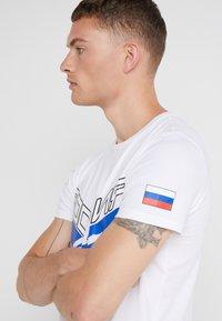 Plein Sport - ROUND NECK STATEMEN - T-shirt med print - white - 3