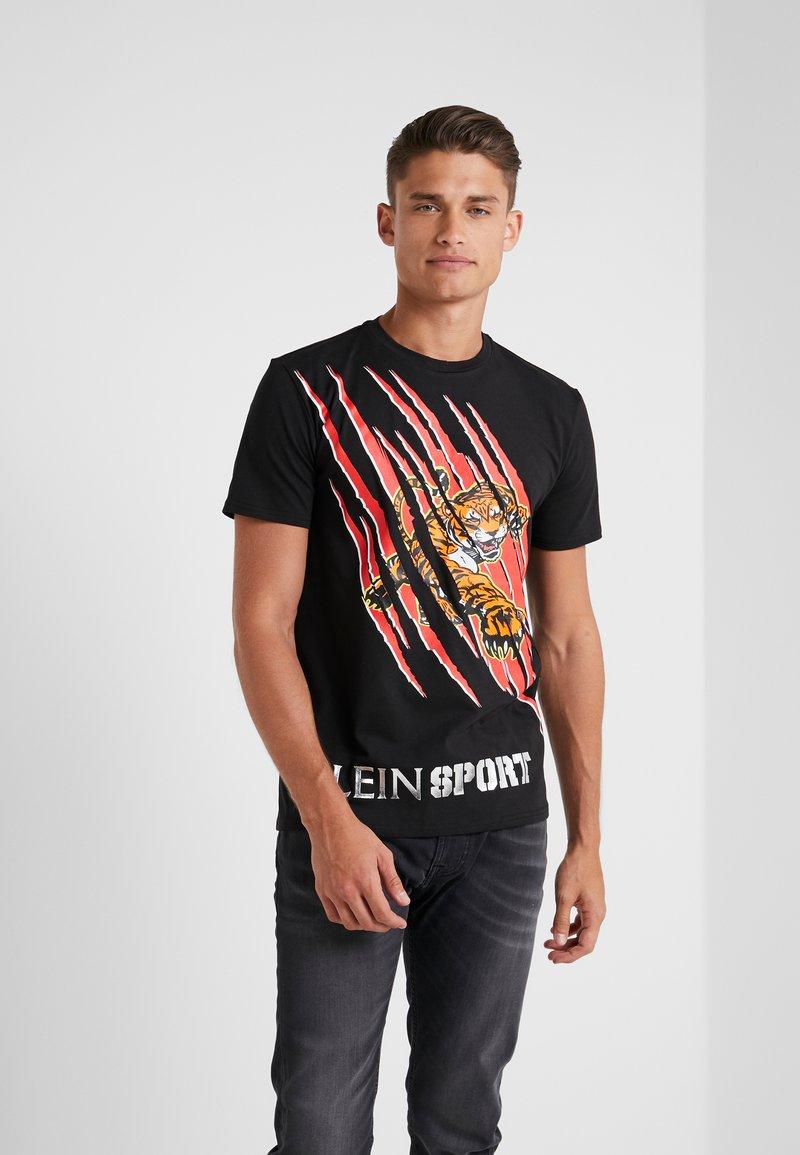 Plein Sport - ROUND NECK - T-shirt z nadrukiem - black/red