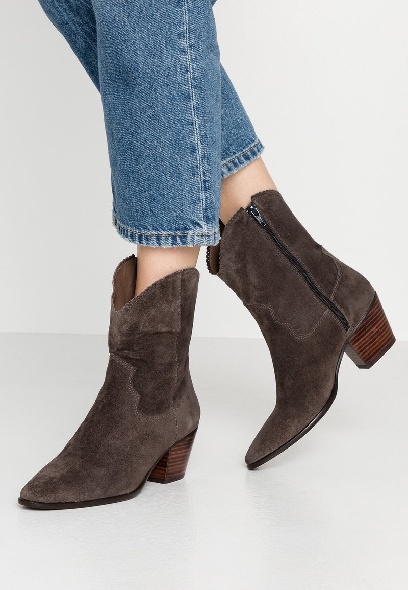 Pedro Miralles - Cowboy/biker ankle boot - taupe