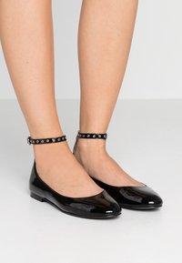 Polo Ralph Lauren - KINSLEY FLATS CASUAL - Ballerine con cinturino - black - 0