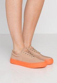 Polo Ralph Lauren - BRYN - Tenisky - khaki/dusk orange - 0