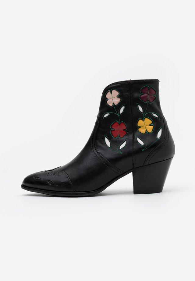 LUCILLE BOOTS CASUAL - Cowboy- / bikerstøvlette - black/multicolor