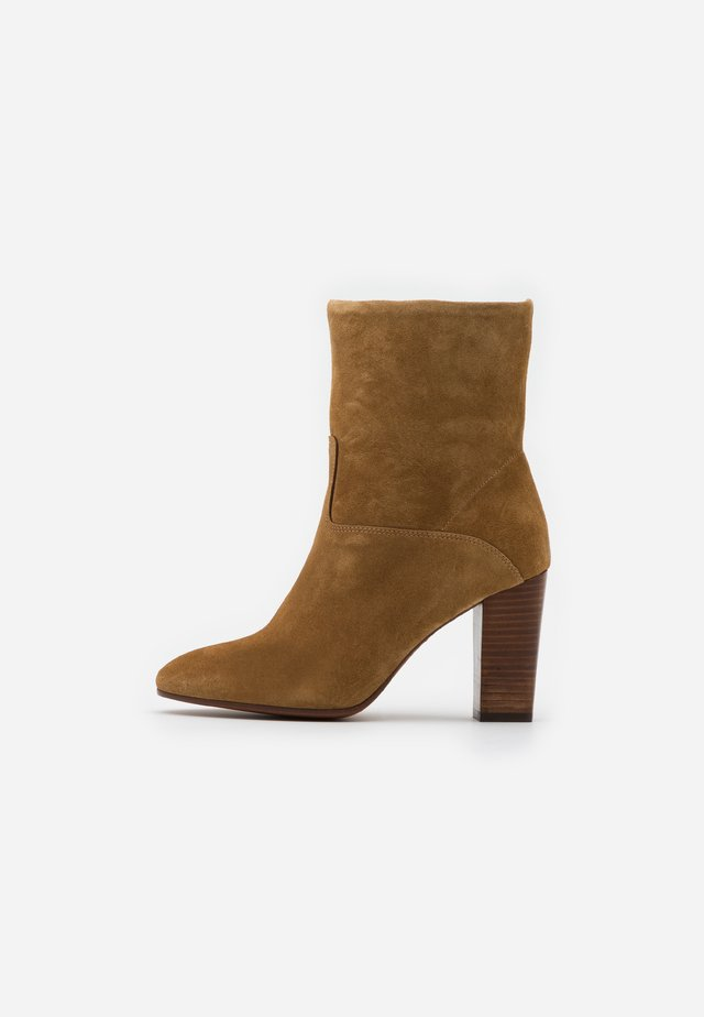 BRINDLEY BOOTS DRESS - Botki na obcasie - tan
