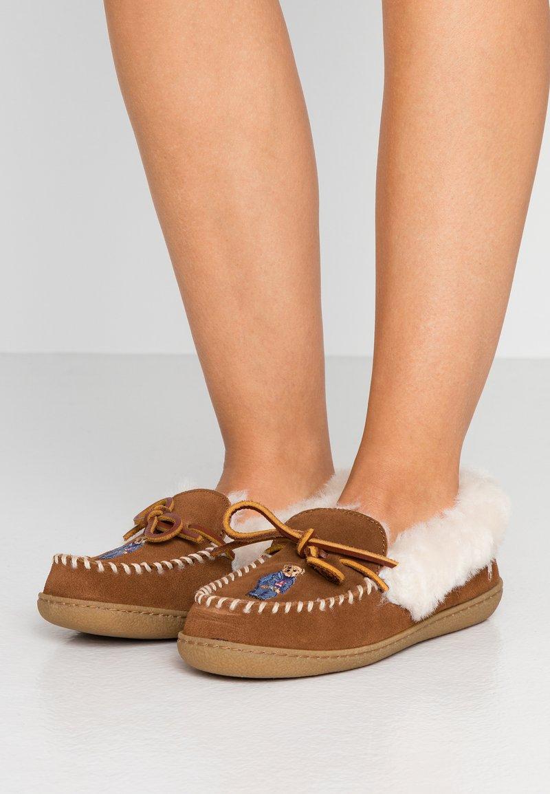 Polo Ralph Lauren - MARCIE - Domácí obuv - snuff