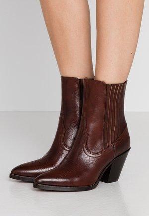 LOWREY - Kotníkové boty - dark cognac