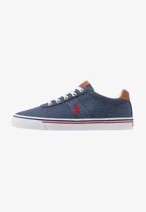 HANFORD - Sneaker low - newport navy/red