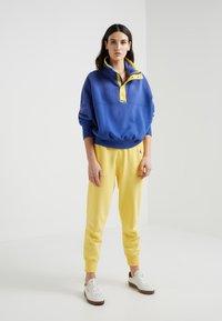 Polo Ralph Lauren - SEASONAL - Teplákové kalhoty - oasis yellow - 1