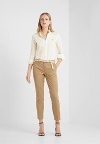 Polo Ralph Lauren - MODERN BISTRETCH - Chinot - luxury tan - 1