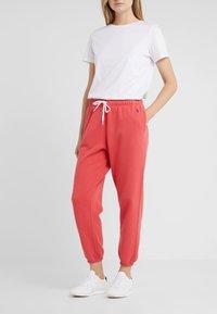 Polo Ralph Lauren - SEASONAL  - Pantalon de survêtement - spring red - 0