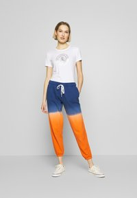 Polo Ralph Lauren - ANKLE PANT - Pantaloni sportivi - navy/orange ombre - 1
