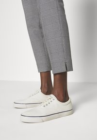 Polo Ralph Lauren - SKINNY PANT - Kalhoty - black/white gingh - 3
