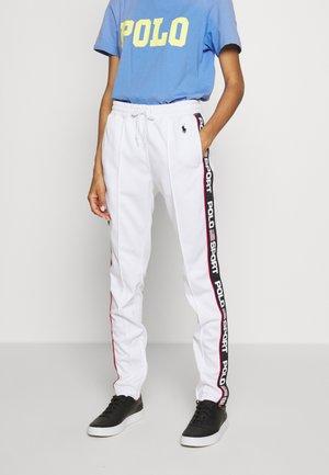 TRICOT - Spodnie treningowe - white