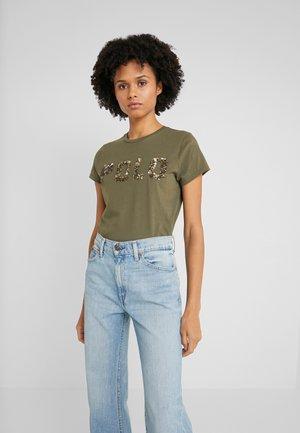 T-shirts med print - defender green