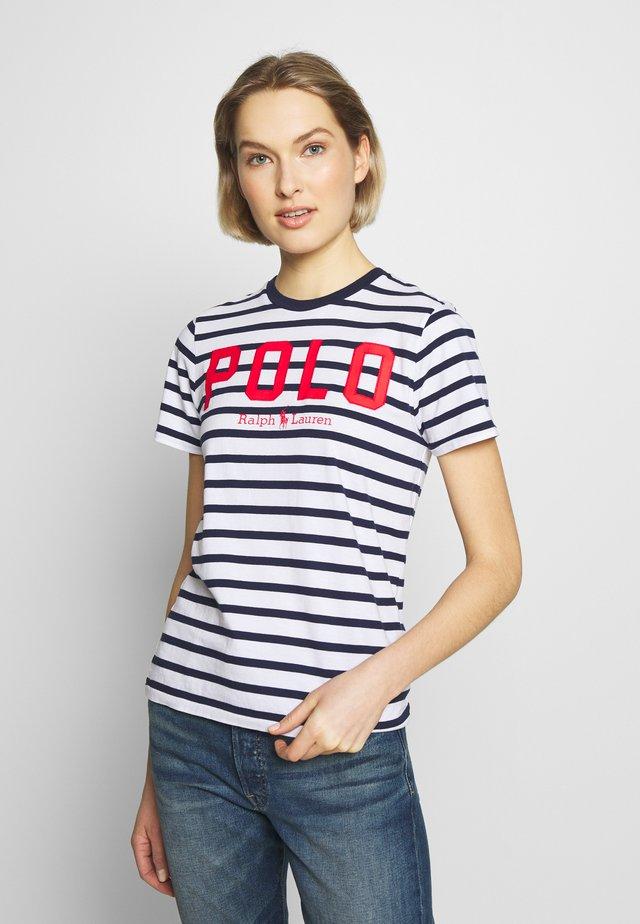 T-shirt z nadrukiem - white/cruise navy