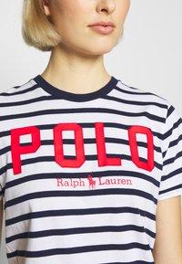 Polo Ralph Lauren - T-shirt con stampa - white/cruise navy - 4