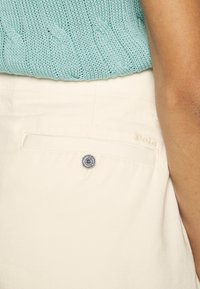 Polo Ralph Lauren - SLIM SHORT - Kraťasy - warm white - 5