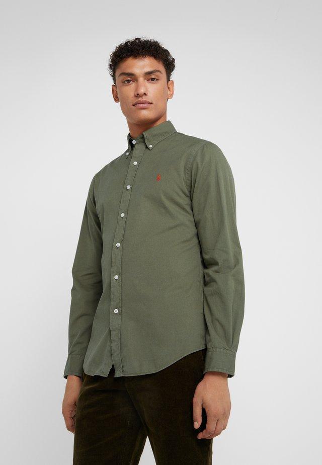 SLIM FIT - Camisa - defender green