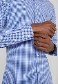 Polo Ralph Lauren - NATURAL SLIM FIT - Camicia - royal/white - 5