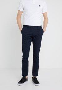 Polo Ralph Lauren - FLAT PANT - Spodnie materiałowe - aviator navy - 0