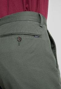 Polo Ralph Lauren - FLAT PANT - Spodnie materiałowe - angler green - 4