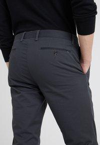 Polo Ralph Lauren - FLAT PANT - Kangashousut - black mask - 4